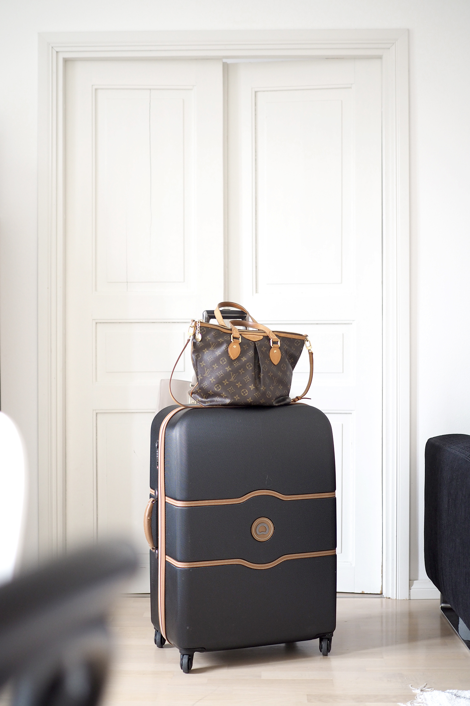 Char and the city - Travelling with Delseys suitcase and Louis Vuitton -bag - read more on the blog (link in bio)