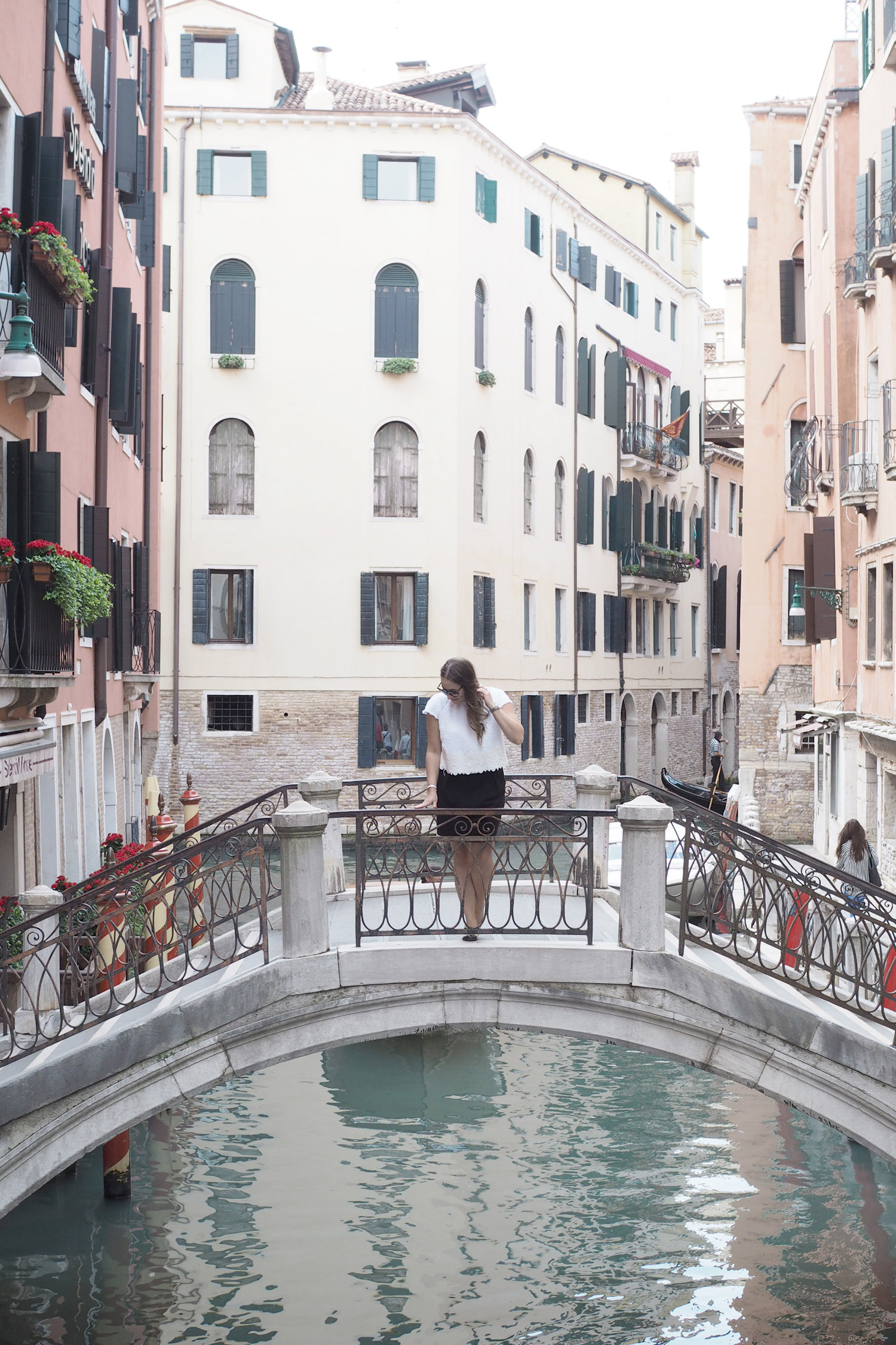 Char and the city - A day in Venice, Italy - the sinking city - travel tips: gondola ride, Bridge of Sights, Rialto Bridge, San Marco Square, Harry´s Bar and many more! Read on the blog: //www.idealista.fi/charandthecity/2016/09/11/matkavinkit-venetsia/
