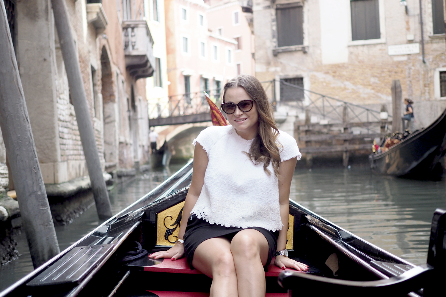 Char and the city - greetings from Venice, Italy - check out the travel pictures of a gondola ride on the blog: //www.idealista.fi/charandthecity/2016/09/09/buongiorno-venice