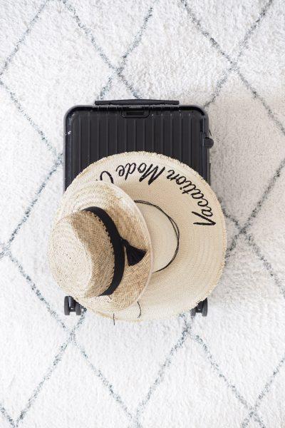 Char and the city, How to pack a sunhat into a suitcase?, Miten pakata aurinkohattu matkalaukkuun?